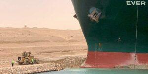 Schlepper bekommen Containerschiff im Suezkanal nicht frei